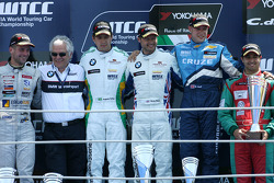 Podium: vainqueur Andy Priaulx, BMW Team RBM, 2e Augusto Farfus, BMW Team RBM, 3e Robert Huff, Chev