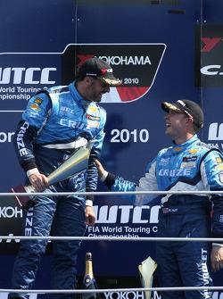 Podium: vainqueur Yvan Muller, Chevrolet, Chevrolet Cruze LT, 3e Robert Huff