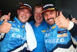 Race winner Yvan Muller, Chevrolet, Chevrolet Cruze LT and Robert Huff, Chevrolet, Chevrolet Cruze L