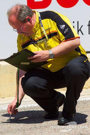 Les techniciens Dunlop prennent la température de la piste