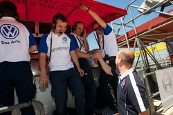 Signature team members celebrate the pole position of Edoardo Mortara