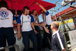 Signature membres de l'équipe font la fête la pole position de Edoardo Mortara