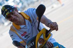 Vitaly Petrov, Renault F1 bezoekt de GP2 paddock