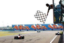 Esteban Gutiérrez celebra la victoria y se lleva la bandera a cuadros
