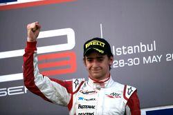 Esteban Gutiérrez celebra la victoria en el podio