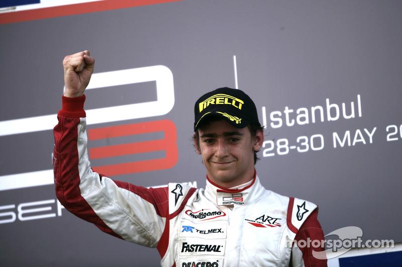 2010 Esteban Gutiérrez celebra la victoria en el podio GP3