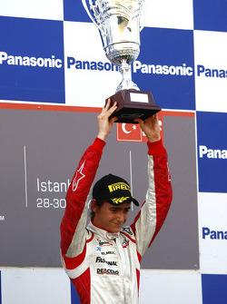 Esteban Gutierrez viert de overwinning op het podium