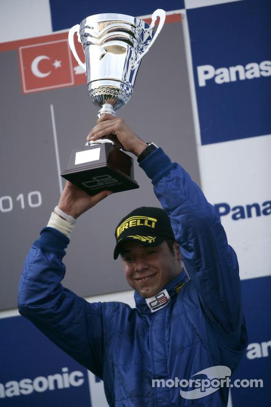 Felipe Guimaraes viert feest op het podium
