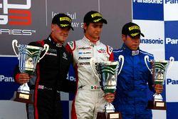 Esteban Gutierrez celebrates victory on the podium with James Jakes and Felipe Guimaraes