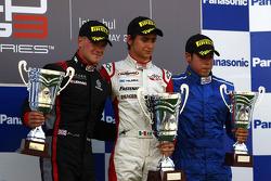 Esteban Gutierrez viert de overwinning op het podium met James Jakes en Felipe Guimaraes