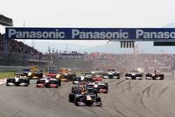 Comienzo de la carrera, Mark Webber, Red Bull Racing lleva Sebastian Vettel, Red Bull Racing