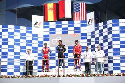 Rio Haryanto viert overwinning op het podium met Miki Monras en Alexander Rossi