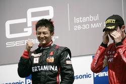 Rio Haryanto viert overwinning op het podium met Alexander Rossi