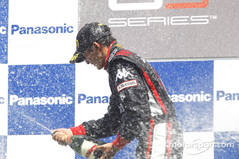 Rio Haryanto merayakan kemenangannya di podium.
