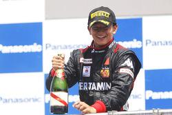 Rio Haryanto viert overwinning op het podium