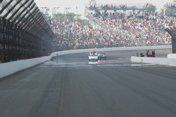 Dario Franchitti, Target Chip Ganassi Racing rounds the 4th corner on his victory lap