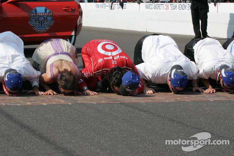 Ashley Judd, Dario Franchitti & Chip Ganassi, Target Chip Ganassi Racing besa la yarda de ladrillos