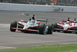 Dan Wheldon, Panther Racing unidades alrededor de restos de accidente Raphael Matos