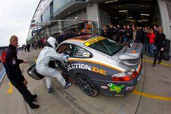 Pit stop for #234 Porsche 996: Jörg Wiskirchen, Carsten Welschar, Jens Riemer