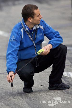 Un membre de l'équipe vérifie la température de la piste