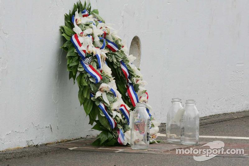 La corona de ganador y las jarras vacías de leche en la yarda de ladrillos en el Indianapolis Motor Speedway
