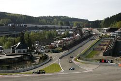 1e ronde: #3 Klaas Zwart, Ascari Benetton B197 F1 en #2 Marijn van Kalmthout, Benetton B197 F1