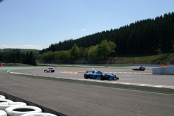 Einde van de eerste ronde: #2 Marijn van Kalmthout, Benetton B197 F1 en #3 Klaas Zwart, Ascari Benet