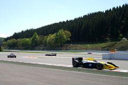 Einde van de eerste ronde: #12 Philippe Bourgois, G-Force Indycar en #11 Peter Milavec, Panoz DP01 C