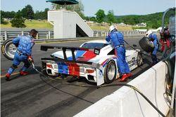 Brumos Racing au travail sur la Porsche Riley après un contact avec le mur de pneu au virage 6