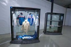 Cérémonie de commémoration des 30 ans de la victoire de Jean Rondeau et Jean-Pierre Jaussaud au 24h du Mans 1980: exposition d'objet de collection