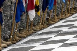 Les forces armées alignées pendant la présentation des pilotes