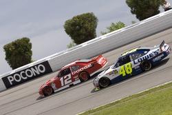 Brad Keselowski, Penske Racing Dodge et Jimmie Johnson, Hendrick Motorsports Chevrolet