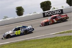 Jimmie Johnson, Hendrick Motorsports Chevrolet et Jamie McMurray, Earnhardt Ganassi Racing Chevrolet