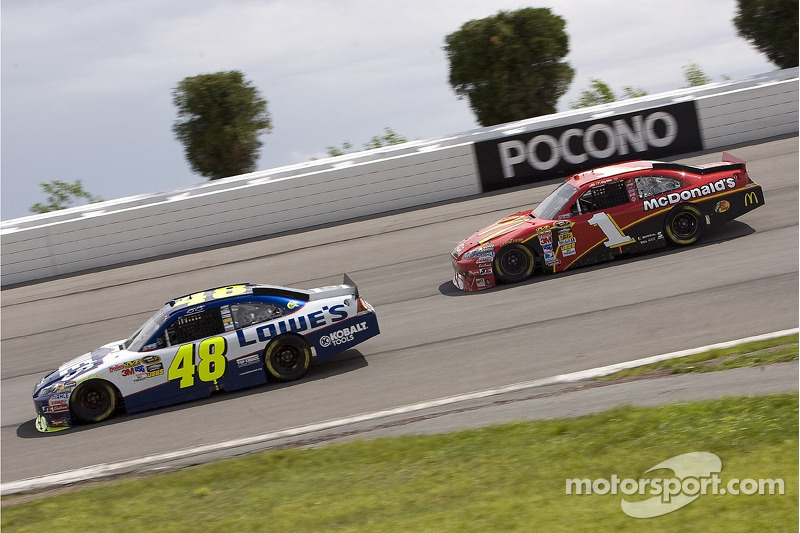Jimmie Johnson, Hendrick Motorsports Chevrolet et Jamie McMurray, Earnhardt Ganassi Racing Chevrolet