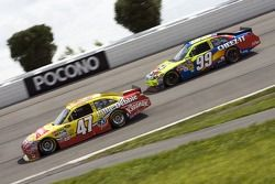 Marcos Ambrose, JTG Daugherty Racing Toyota et Carl Edwards, Roush Fenway Racing Ford