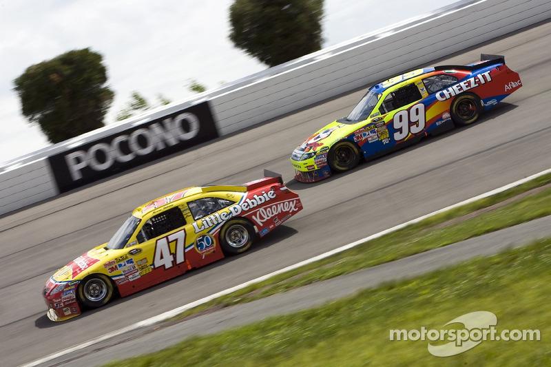 Marcos Ambrose, JTG Daugherty Racing Toyota et Carl Edwards, Roush Fenway Racing Ford