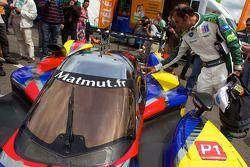 Emanuele Pirro checkt de #4 Team Oreca Matmut Peugeot 908