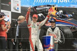 Valtteri Bottas fête son succès tandis que Sebastian Vettel regarde