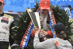 Valtteri Bottas reçoit le trophée de vainqueur de Sebastian Vettel