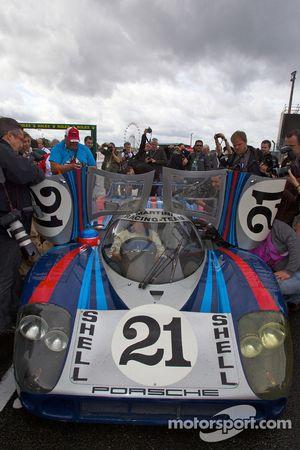 Gérard Larrousse pilote la Porsche 917 LH restaurée par ACO dans la ligne des stands