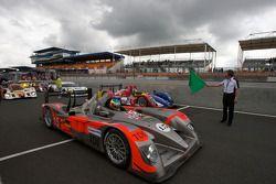 Koersdirecteur Daniel Poissenot zwaait de groene vlag: #15 Kolles Audi R10: Christian Bakkerud, Oliv