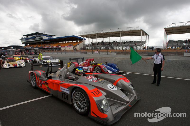 Koersdirecteur Daniel Poissenot zwaait de groene vlag: #15 Kolles Audi R10: Christian Bakkerud, Oliver Jarvis, Christophe Bouchut