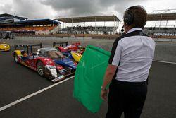 Koersdirecteur Daniel Poissenot zwaait de groene vlag: #4 Team Oreca Matmut Peugeot 908: Olivier Pan