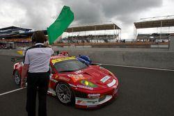 Koersdirecteur Daniel Poissenot zwaait de groene vlag: #95 AF Corse Ferrari F430 GT: Giancarlo Fisic