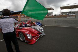 Directeur de course Daniel Poissenot agite le drapeau vert pour la première séance: #8 Audi Sport Team Joest Audi R15: André Lotterer, Marcel Fassler, Benoit Tréluyer