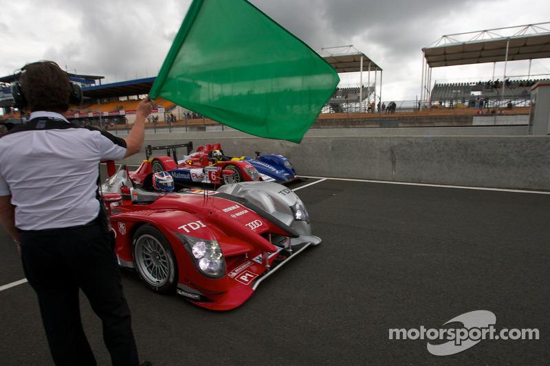 Koersdirecteur Daniel Poissenot zwaait de groene vlag: #8 Audi Sport Team Joest Audi R15: Andre Lott