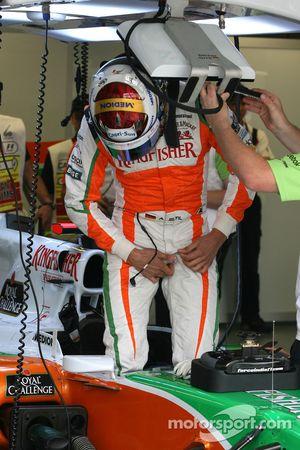 Адриан Сутиль, Force India F1 Team садится в машину
