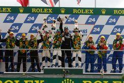 LMP2 podium: vainqueurs de la catégorie Nick Leventis, Danny Watts et Jonny Kane, 2e Matthieu Lahaye, Guillaume Moreau et Jan Charouz, 3e Mike Newton, Thomas Erdos et Andy Wallace
