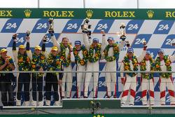 LMGT1 podium: klassewinnaars Roland Berville, Julien Canal en Gabriele Gardel, tweede plaats Stephan