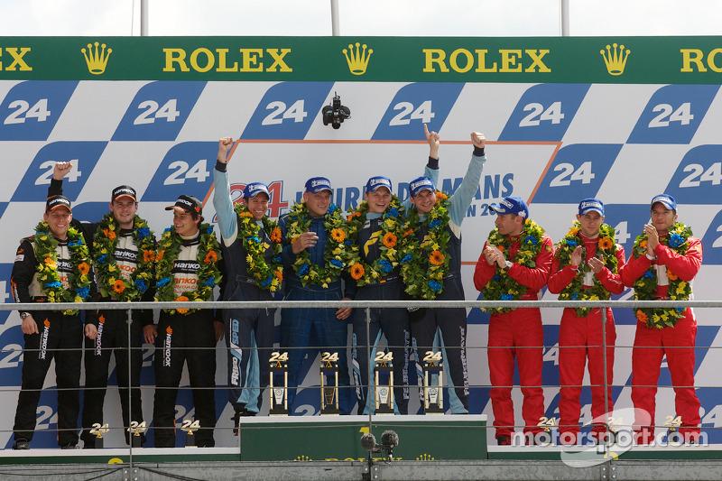 LMGT2 podium: klassewinnaars Marc Lieb, Richard Lietz en Wolf Henzler, tweede plaats Dominik Farnbac